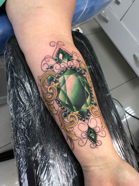 green-jewel-tattoo-by-Karlla-Mendes
