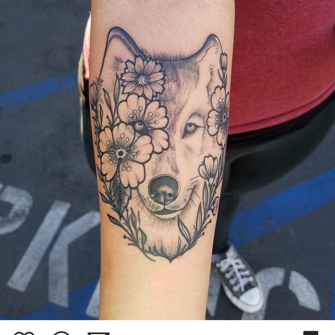 Black work wolf tattoo-min